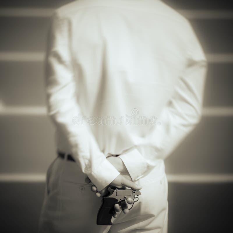 Mann, der das Gewehr des Starters mit selektivem Fokus übergibt lizenzfreie stockfotografie
