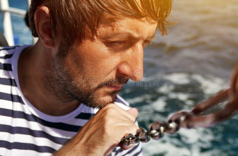 Mann, der das Meer von der Yacht betrachtet lizenzfreie stockfotos