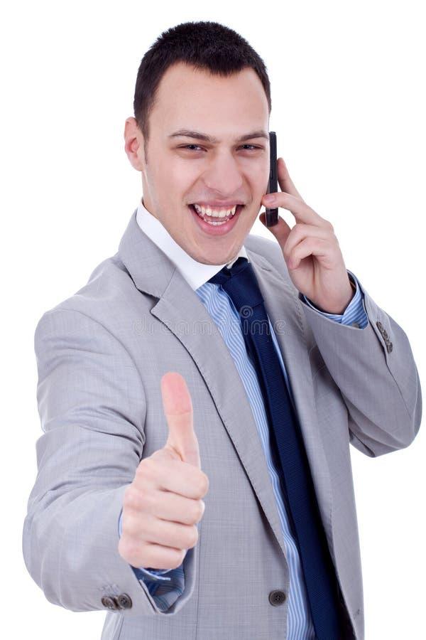 Mann, der Daumen oben am Telefon zeigt stockbild