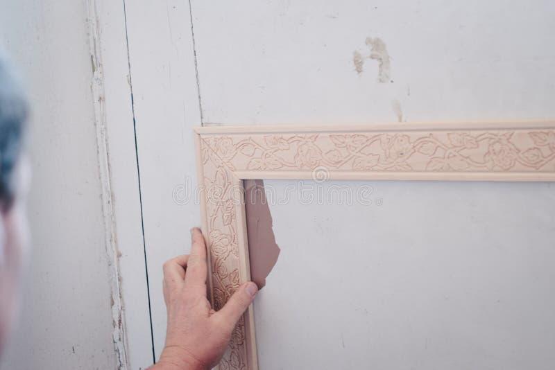 Download Mann, Der Dekoratives Formteil An Einer Tür Befestigt Stockfoto    Bild Von Verlegenheit,