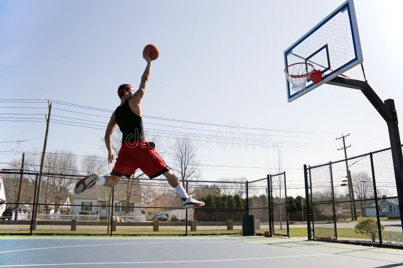 Mann, der den Basketball eintaucht lizenzfreies stockfoto