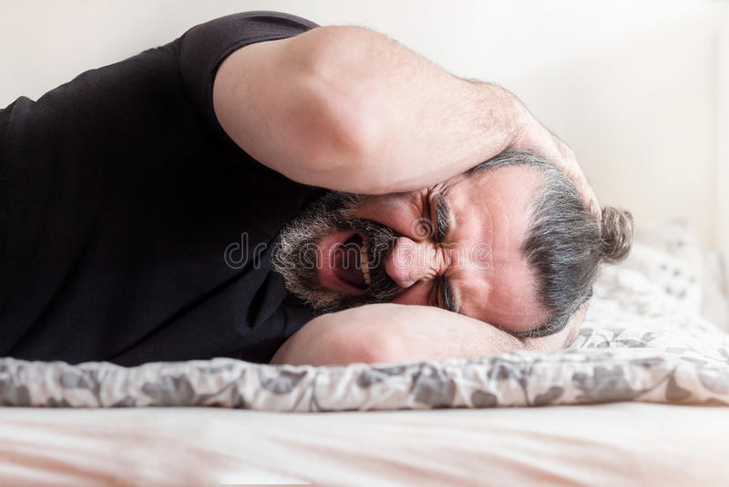 Mann, der in den Schmerz schreit stockfotografie