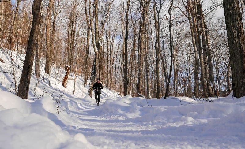 Mann, der in den Schnee läuft stockfotos