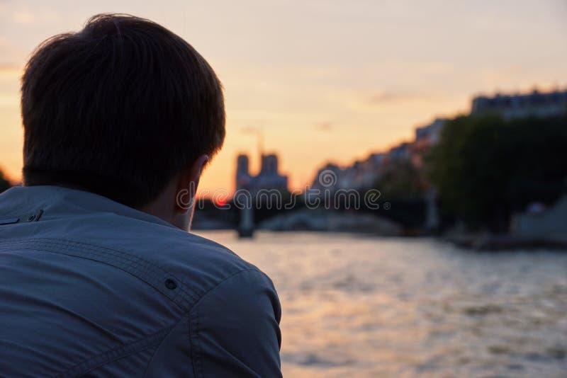 Mann, der den Sonnenuntergang aufpasst lizenzfreies stockbild
