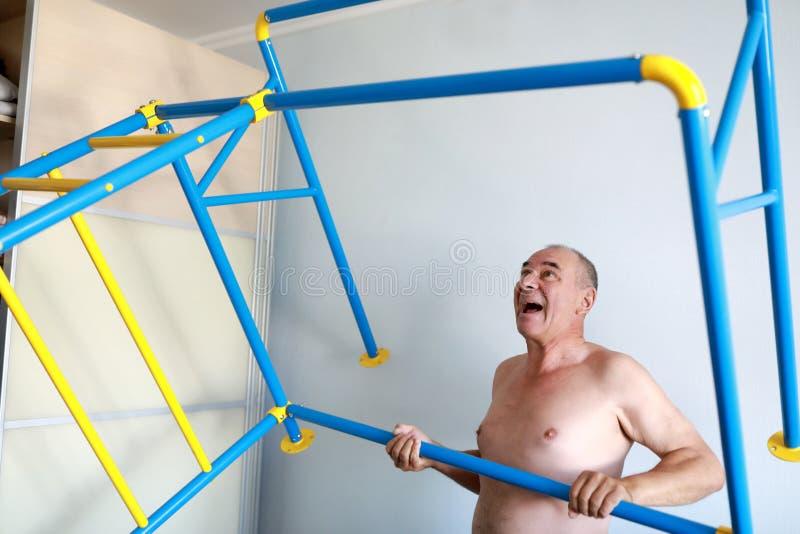 Mann, der den Sport komplex installiert stockbilder