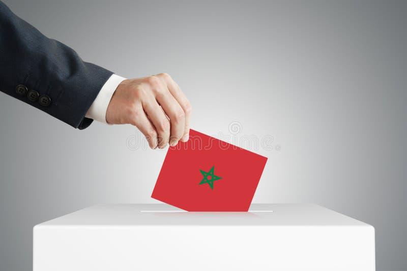 Mann, der den Stimmzettel in die Wahlkiste steckt lizenzfreie stockbilder