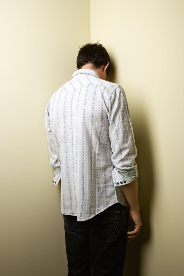 Mann, der in der Ecke steht lizenzfreie stockfotografie