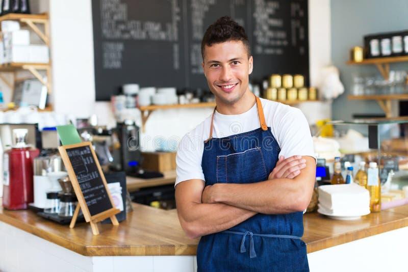 Mann, der in der Kaffeestube arbeitet stockbilder