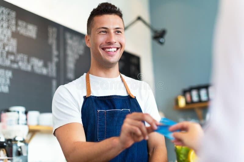 Mann, der in der Kaffeestube arbeitet stockfotos