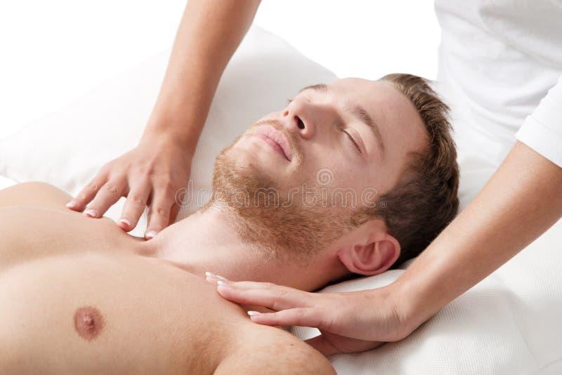 Mann, der in der Massage sich entspannt lizenzfreie stockfotos