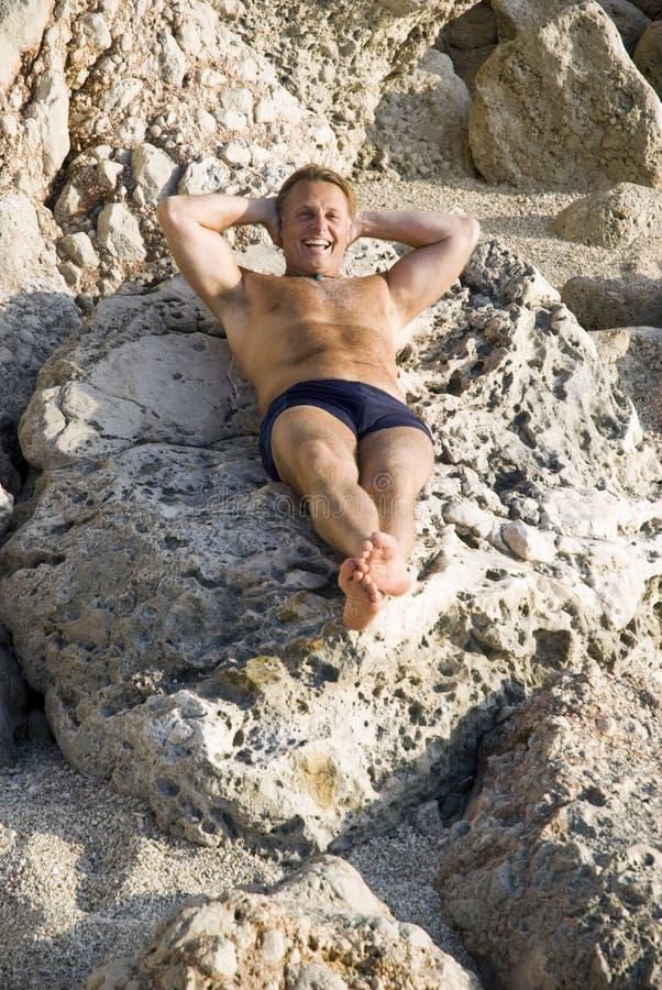 Mann, der in der Sonne sich entspannt stockfoto