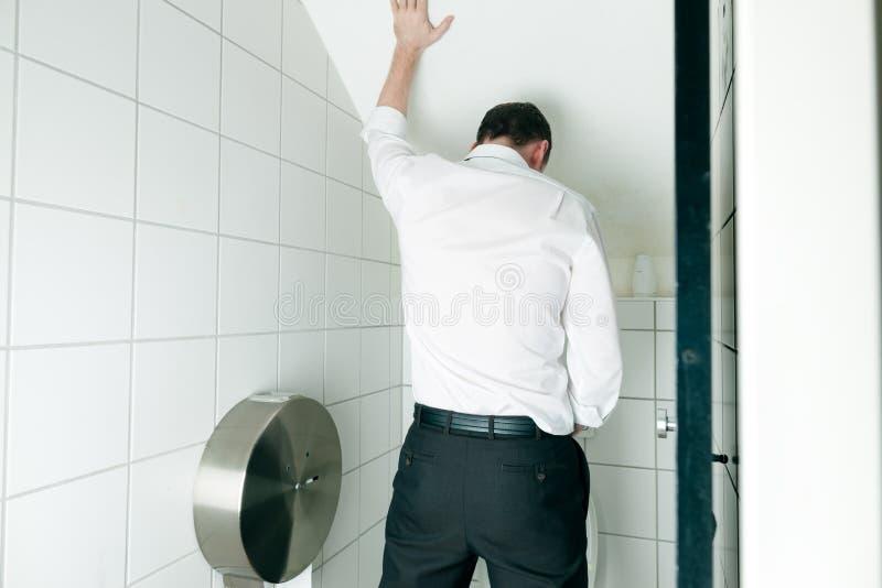 Mann, der in der Toilette pinkelt stockfoto