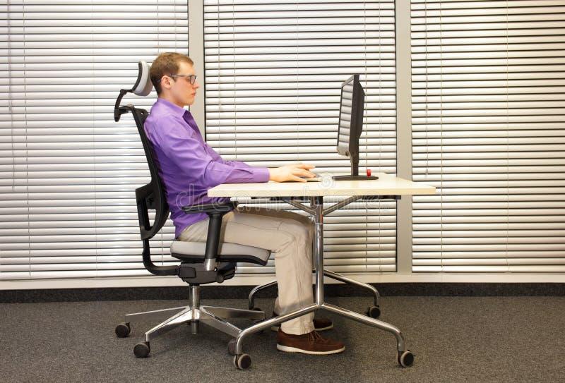 Mann, der die Arme, trainierend auf Stuhl ausdehnt stockfoto
