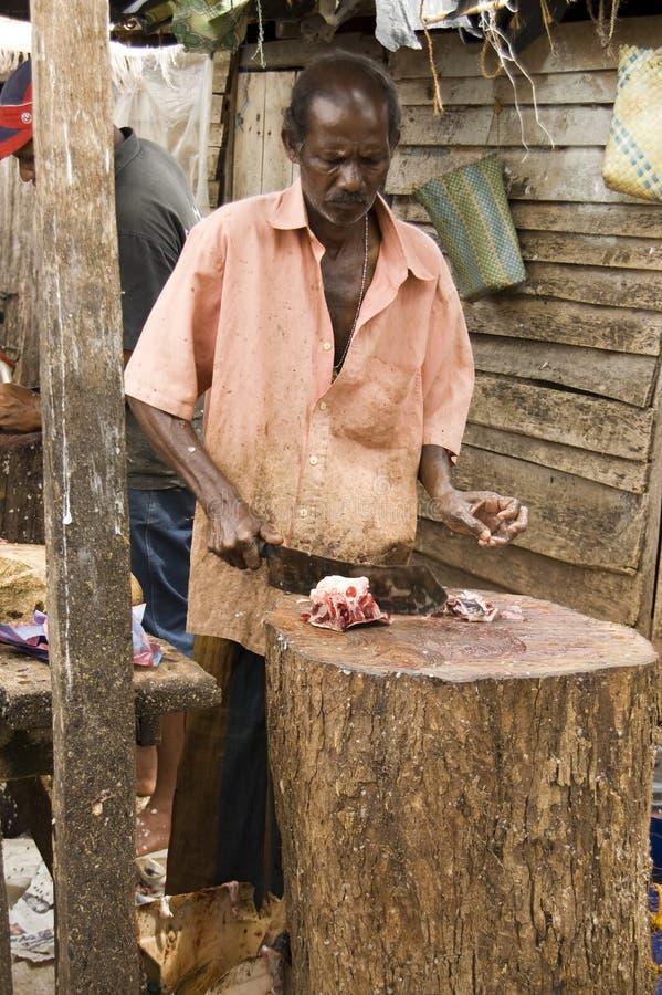 Mann, der die Fische säubert stockfoto
