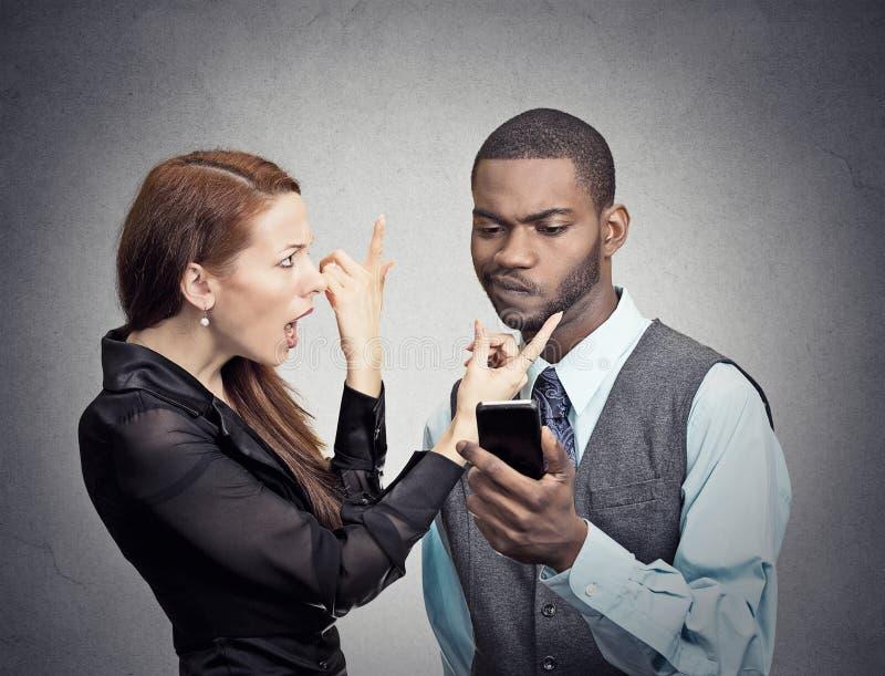 Mann, Der Die Frau Besessen Gewesen Mit Smartphone