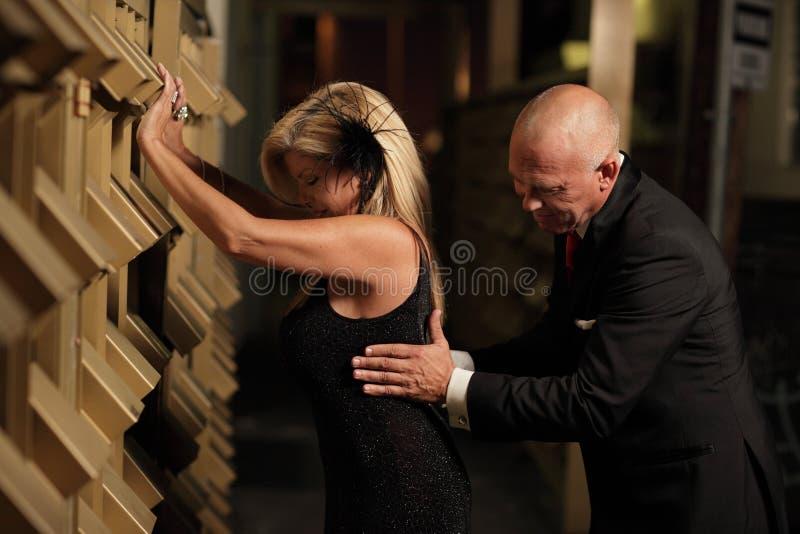 Mann, der die Frau hüpft lizenzfreies stockfoto