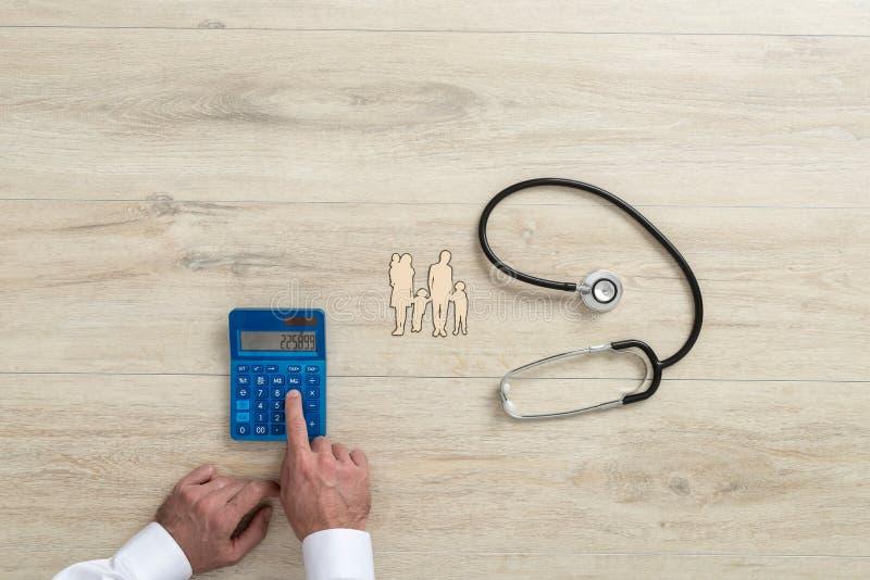 Mann, der die Kosten des Familiengesundheitswesens berechnet lizenzfreies stockbild