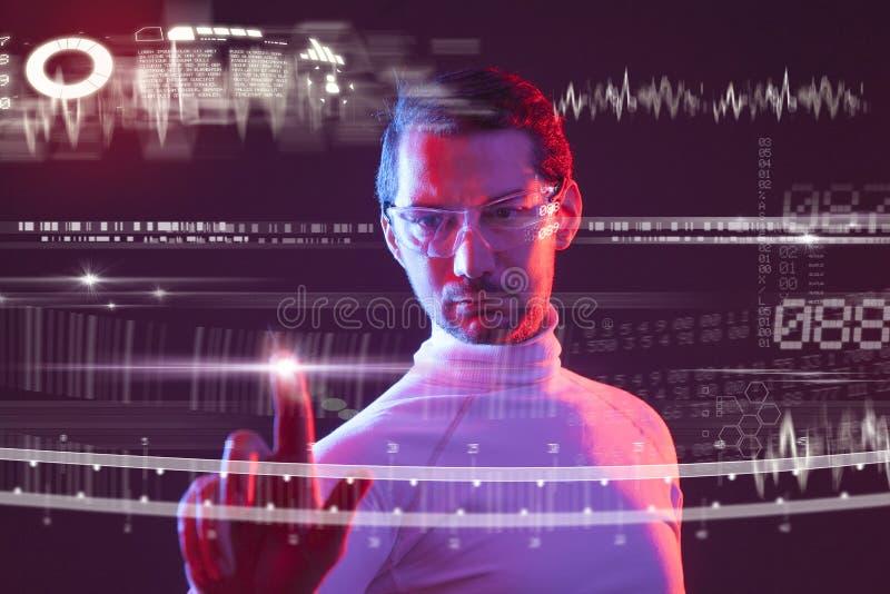 Mann, der die virtuelle zuk?nftige Schnittstelle ber?hrt stockfoto