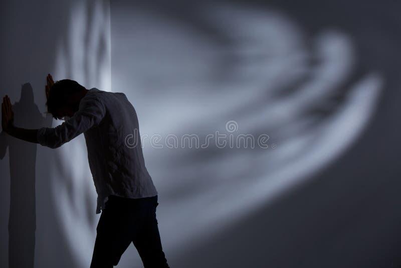 Mann, der die Wand locht lizenzfreie stockfotos