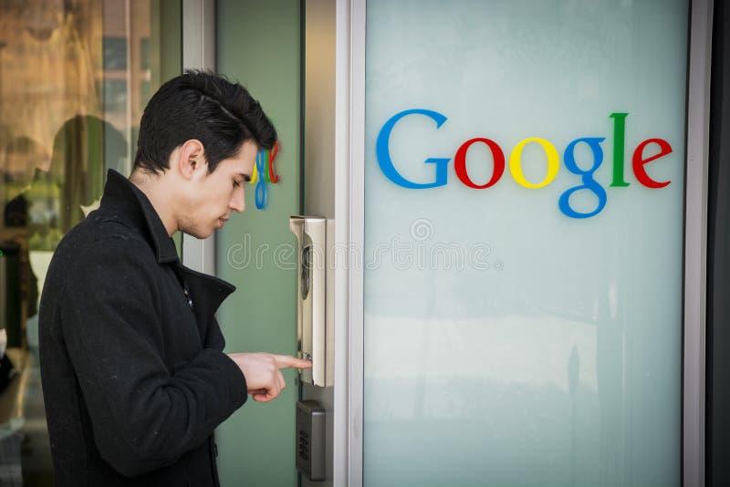 Mann, der die Wechselsprechanlage in Google-Büros schellt stockfoto