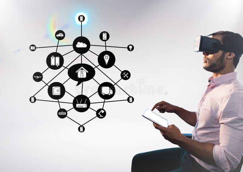 Mann, der digitale Tablette beim Tragen des Kopfhörers der virtuellen Realität mit Wolkenzusammenhangschnittstelle verwendet stockbild