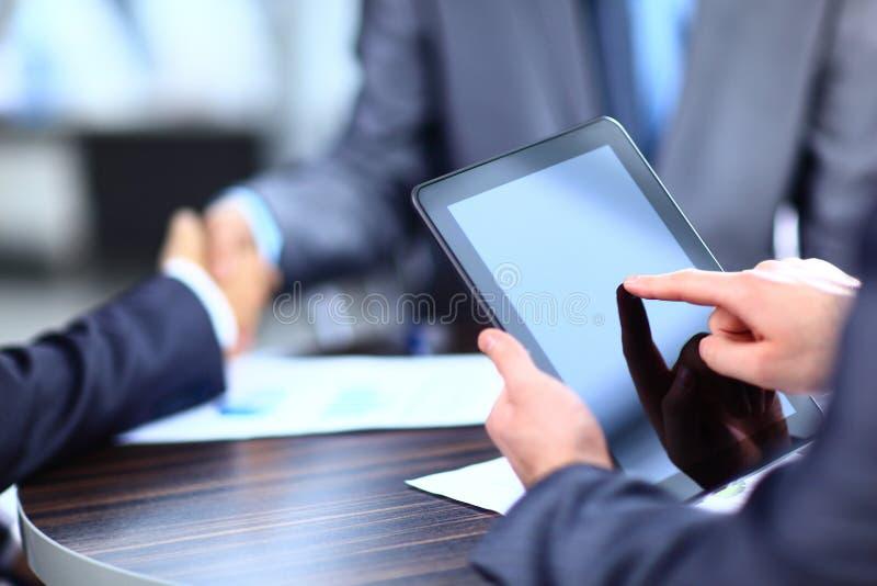 Mann, der digitale Tablette hält lizenzfreies stockbild