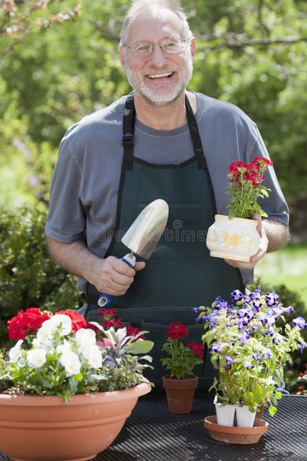 Mann, der draußen im Garten arbeitet stockbilder