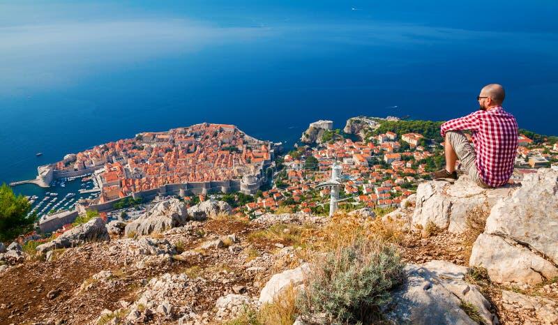 Mann, der Dubrovnik von oben genießt lizenzfreies stockfoto