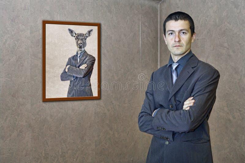 Mann, der durch eine lustige Malerei aufwirft stockfotografie