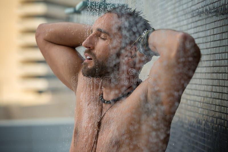 Mann in der Dusche stockfotografie