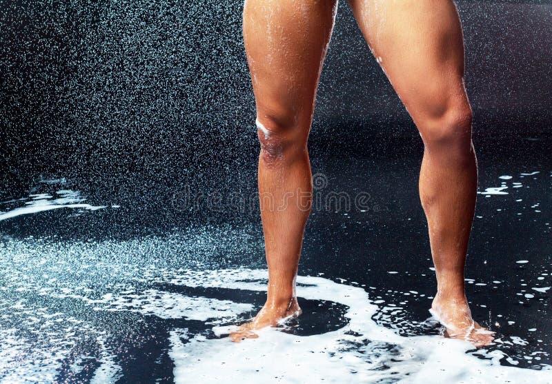 Mann, der Dusche nimmt stockbild
