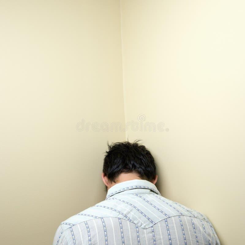 Mann in der Ecke lizenzfreies stockfoto
