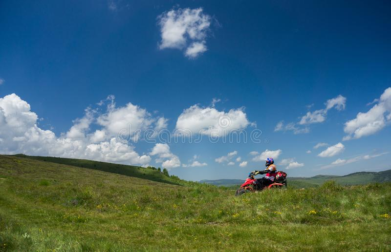 Mann, der ein ATV reitet stockfotos