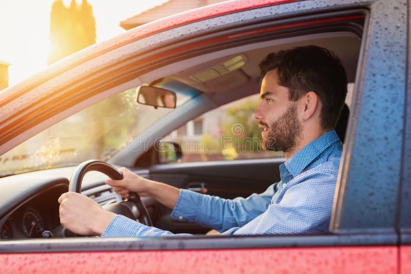 Mann, der ein Auto antreibt stockfotos