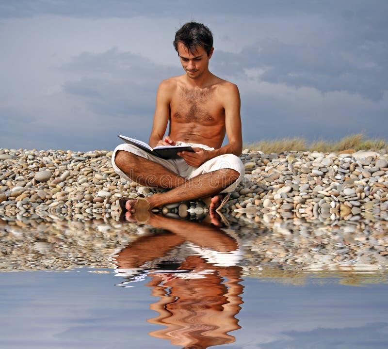 Mann, der ein Buch liest stockfotografie