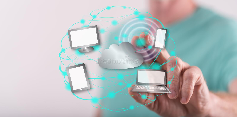 Mann, der ein Datenverarbeitungskonzept der Wolke berührt stockfoto