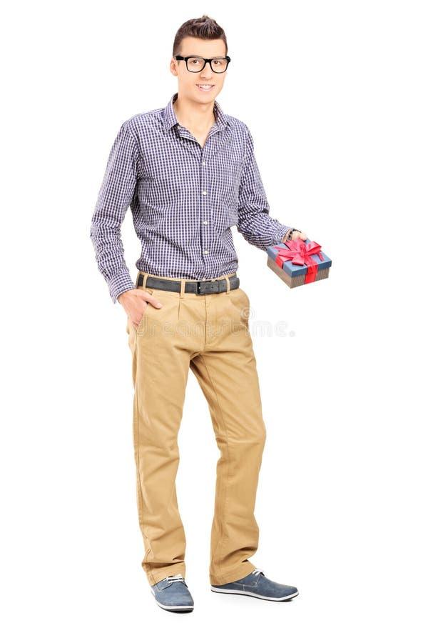 Mann, der ein Geschenk hält lizenzfreies stockfoto