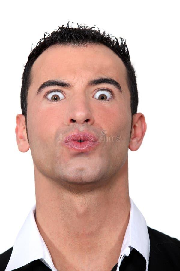 Mann, der ein Gesicht zieht lizenzfreies stockfoto