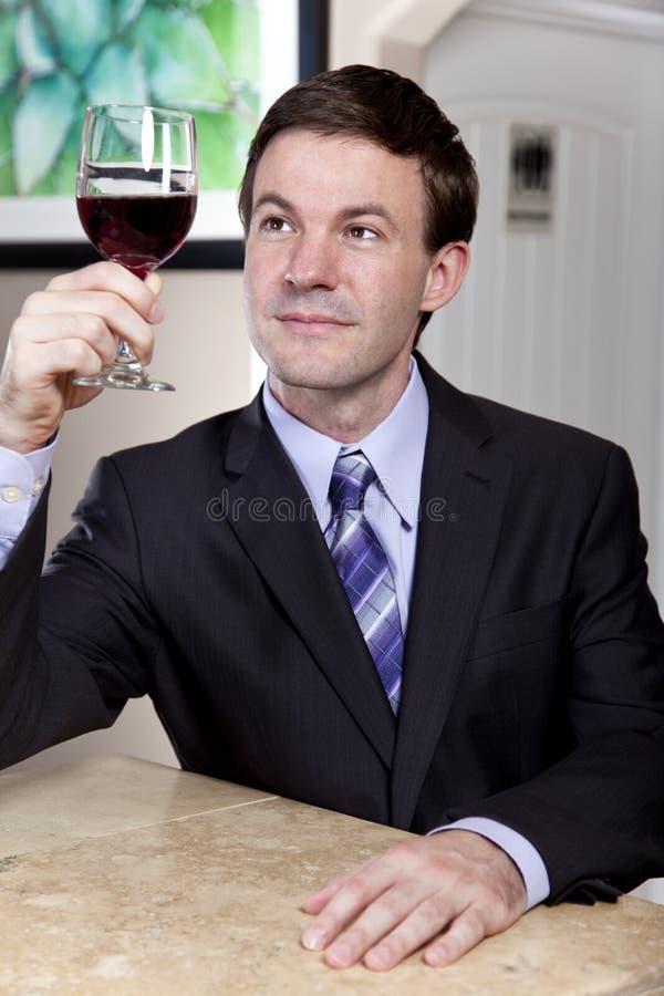 Mann, der ein Glas Wein genießt lizenzfreie stockfotos