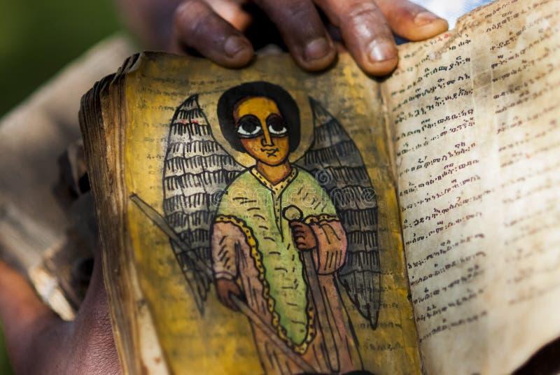 Mann, der ein heiliges Skript, Äthiopien hält lizenzfreie stockfotos