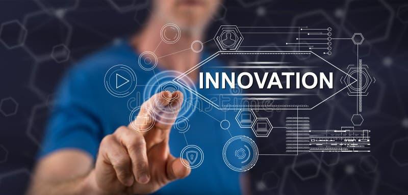 Mann, der ein Innovationskonzept ber?hrt lizenzfreies stockbild