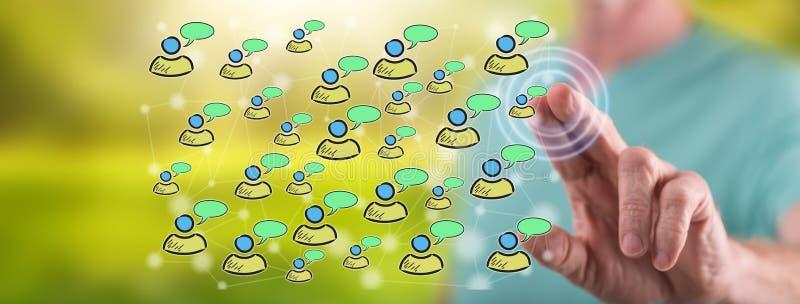 Mann, der ein Konzept des Sozialen Netzes ber?hrt lizenzfreies stockfoto