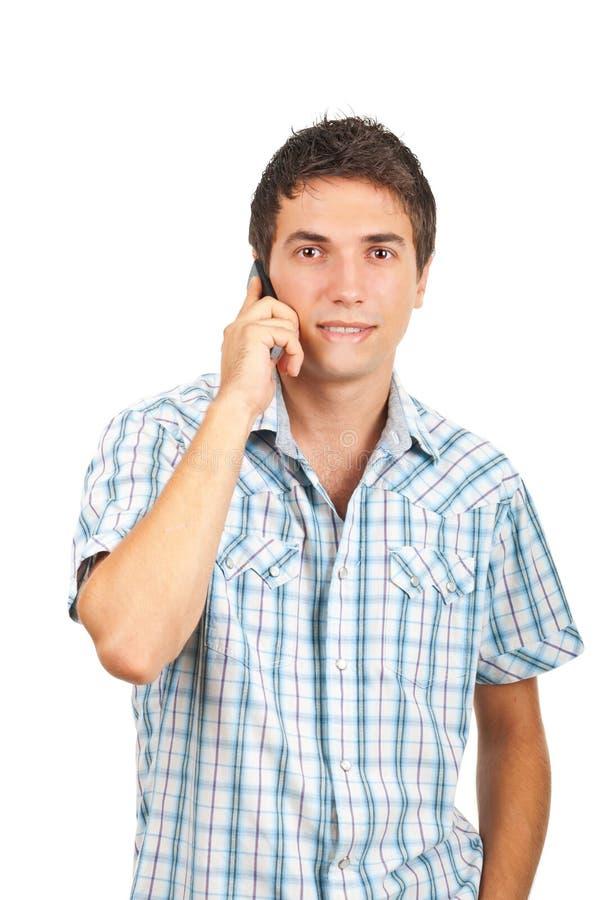 Mann, der ein lustiges Gespräch durch Telefon hat stockfotografie