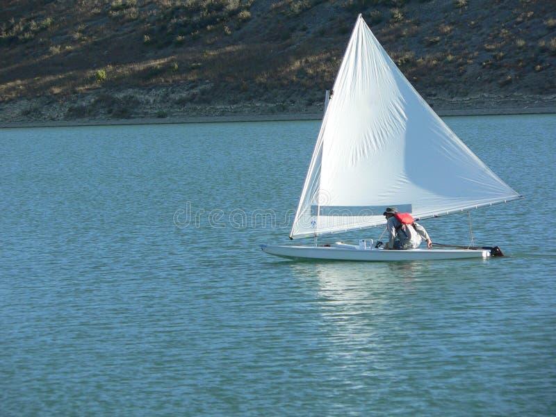 Mann, der ein Schlauchboot segelt stockbild