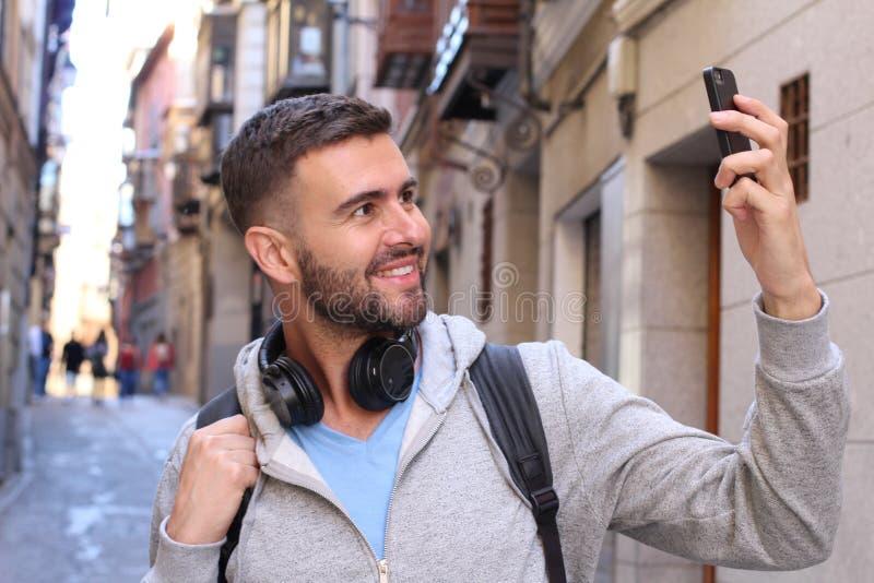 Mann, der ein selfie in der Stadt nimmt stockfoto