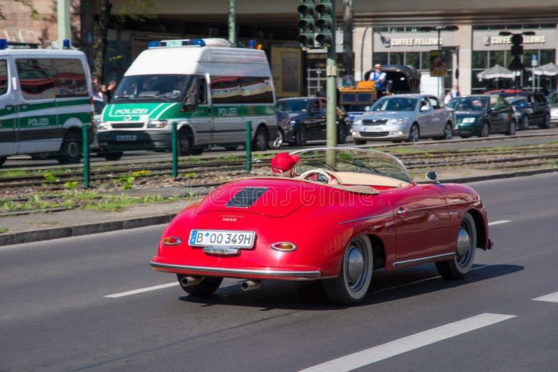 Mann, der ein Supersportauto Porsches 1600 in den Straßen von Berlin fährt stockfoto