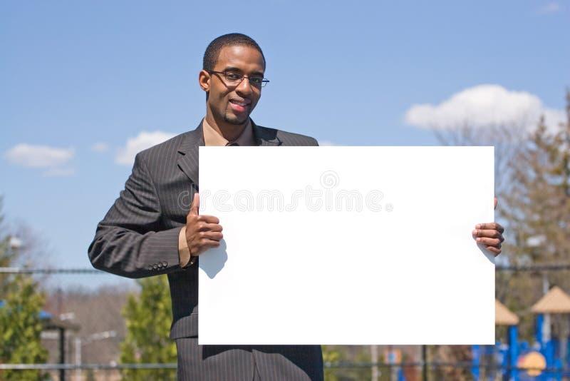 Mann, der ein Zeichen anhält stockfoto