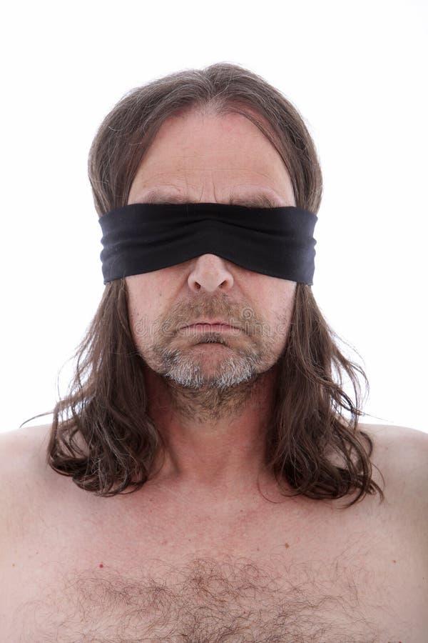 Mann, der eine Augenbinde trägt lizenzfreie stockfotos