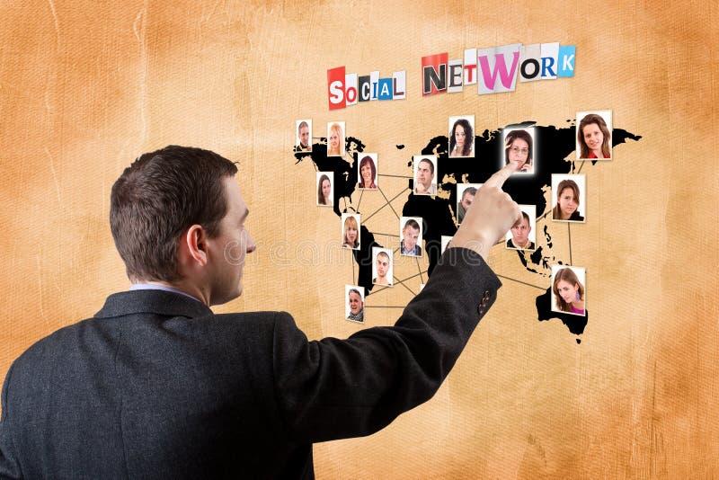 Mann, der eine digital erzeugte Karte bedrängt lizenzfreies stockfoto