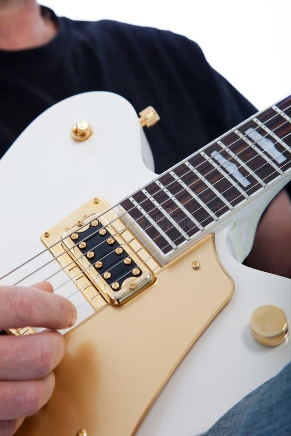 Mann, der eine E-Gitarre spielt stockbild